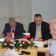 Vojtěch Filip (vlevo), předseda ÚV KSČM, Jaroslav Roman (uprostřed), vedoucí Mezinarodního odděleni ÚV KSČM a Josef Skála, místopředseda ÚV KSČM  na jednání mezinárodní konference